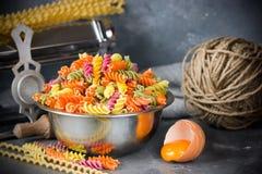 色的意大利fusilli面团,烹调自创过去的过程 免版税库存照片