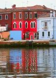 色的房子和一个红色房子在BURANO海岛在意大利 免版税库存照片