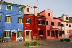 色的房子在威尼斯的自治市的Burano在意大利 免版税图库摄影