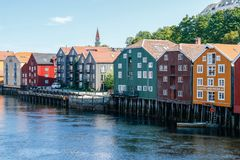 色的房子在挪威 免版税库存图片