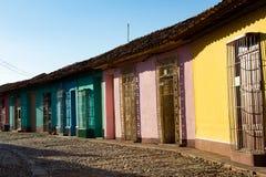 色的房子街道视图在特立尼达,古巴的老镇 免版税图库摄影