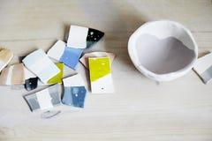 色的搪瓷样品陶瓷的,陶瓷片断,车间在演播室,手工造工作 免版税图库摄影