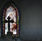 色的教会与上帝的飞蛾的图象的污迹玻璃窗 免版税库存图片