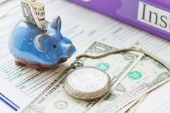 色的文件夹、存钱罐、干净的保险形式和一只怀表 免版税库存照片