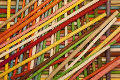 色的木棍子 分层堆积多个 免版税库存照片