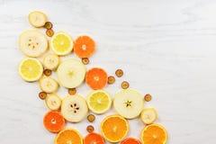 色的果子的混合在白色木背景-热带健康吃和食物背景的构成的 免版税库存图片