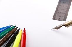 色的标志设置了,钢笔和统治者在白色背景 免版税库存照片
