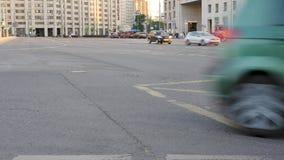 色的汽车和公共交通工具驱动在城市大厦附近 影视素材