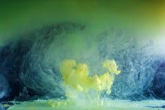 色的油漆的运动-绿色和黄色 免版税库存图片