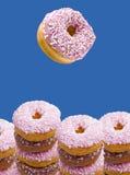 色的油炸圈饼冰了 免版税库存图片