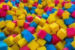 色的泡沫橡胶求背景的立方 免版税库存照片