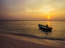 色的渔船在日落的马尔代夫 库存照片