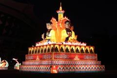 色的灯笼显示sakyamuni雕象 库存照片