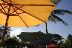色的热带伞假期 图库摄影