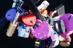 色的爱挂锁汇集 金属纹理、样式和葡萄酒设计 言情概念性图象 免版税库存照片