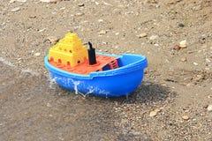 色的玩具小船 免版税库存照片