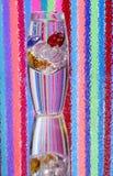 色的玻璃小卵石花瓶 免版税库存照片
