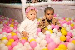 色的球的愉快的孩子在操场的生日。童年的概念 免版税库存照片
