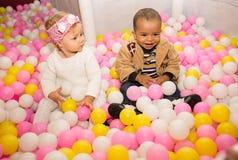 色的球的愉快的孩子在操场的生日。 库存照片