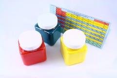 色的瓶子和元素周期表 库存照片