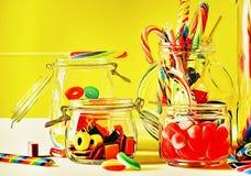 色的甜棒棒糖和candys 免版税库存照片