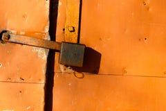 色的生锈的被弄脏的金属墙壁纹理样式 库存图片