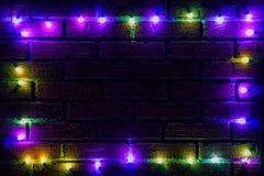 色的电灯泡花圈和诗歌选  与光和大方的本体空间的圣诞节背景 圣诞灯边界 发光 图库摄影