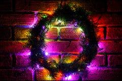 色的电灯泡花圈和诗歌选  与光和大方的本体空间的圣诞节背景 圣诞灯边界 免版税库存图片
