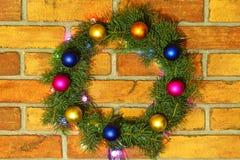 色的电灯泡花圈和诗歌选  抽象空白背景圣诞节黑暗的装饰设计模式红色的星形 免版税库存图片