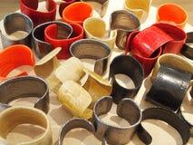 色的皮革镯子在地方市场上 纪念品 免版税图库摄影