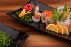 黑色的盘子寿司 免版税图库摄影