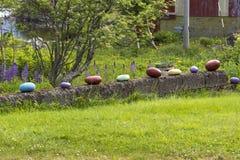 色的石头在Eggum的一个庭院里 图库摄影