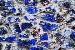 从色的石头和玻璃马赛克,纹理背景的蓝色墙壁 库存照片