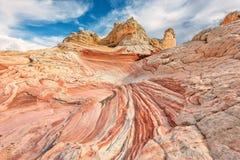 从色的砂岩,银朱的峭壁国家历史文物白色口袋区域的山  免版税库存图片
