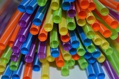 色的秸杆一起被编组喝液体 图库摄影