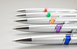 色的笔布置的表 免版税库存图片