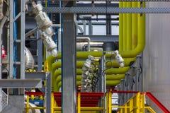 色的管道系统的精炼厂 库存照片