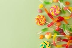 色的糖果为在绿色背景的万圣夜 免版税图库摄影