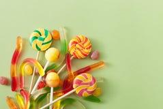 色的糖果为在绿色背景的万圣夜 免版税库存照片