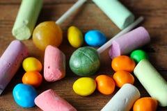 色的糖果和白垩 免版税库存图片