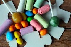 色的糖果和白垩 免版税库存照片