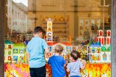 色的糖果商店和孩子在店面附近 免版税库存照片