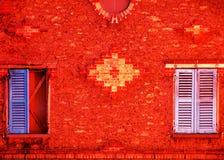 色的红色快门墙壁 库存图片