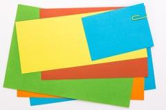 色的纸片与一个黄色夹子的 免版税库存照片