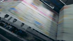 色的纸通过一台打印机高速移动 股票录像