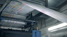 色的纸页通过印刷新闻移动 打印报纸在印刷术 股票视频
