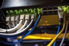 色的网络导线被连接到计算机 免版税库存图片