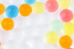 色的聚合物胶凝体,水凝胶球成串珠状 图库摄影