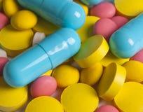 色的药片、片剂和胶囊 免版税库存图片