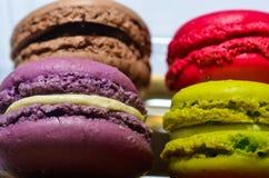色的蛋白杏仁饼干箱子 免版税库存照片